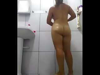 Coroa gostosa tomando banho
